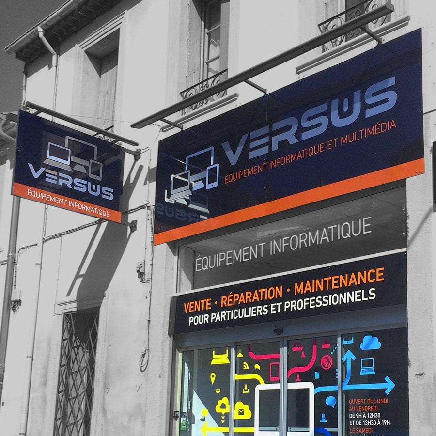 Defacto agence de communication Narbonne - Versus - identité et plan de com